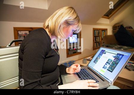 Dame Mit Apple Mac Book Pro Laptop Zum Surfen Im Internet Am