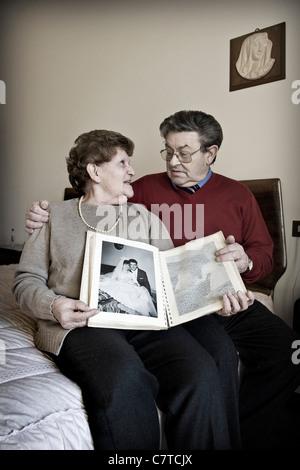 Älteres Paar mit Ehemann erfolgt durch Alzheimer-Krankheit - echte Menschen - Stockfoto