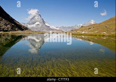 Mount Matterhorn / Monte Cervino. Blick auf Matterhorn vom Riffelsee, nicht weit von der Station Rotenboden. - Stockfoto