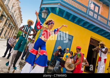 Kuba, Havanna, folkloristische Show auf der Straße - Stockfoto