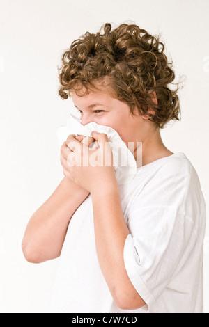 Boy bläst Nase - Stockfoto