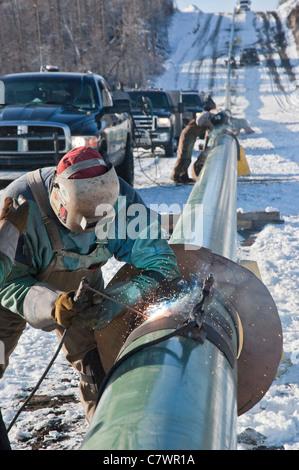 Ein Foto der Schweißer arbeiten an einer Erdgasleitung in Westkanada. - Stockfoto