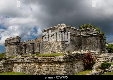 Resevoir Haus in Tulum Mexiko mit Storm cloud Ruine - Stockfoto