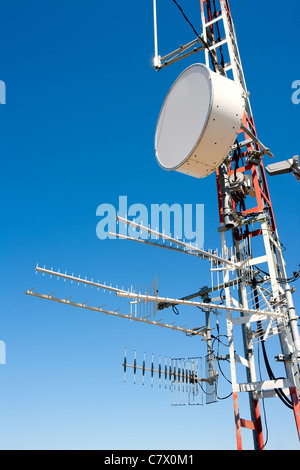 Antennenmast Repeater chaotisch mit tv, Radio und Telefon - Stockfoto