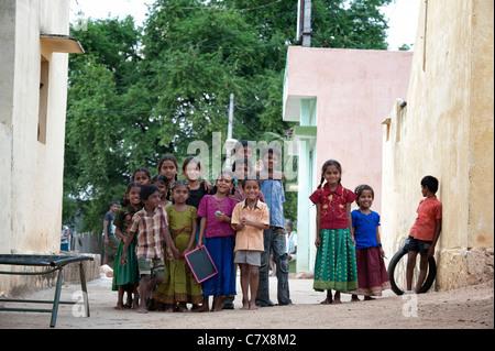Glückliche junge ländlichen indischen Dorf Kinder lächeln auf der Straße. Andhra Pradesh, Indien - Stockfoto