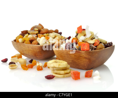 Leckere und gesunde gemischten Trockenfrüchten, Nüssen und Samen in die Holzschalen - Stockfoto