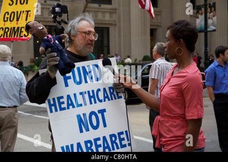 Demonstrant auf LaSalle Street Financial District interviewt. Chicago, Illinois. - Stockfoto
