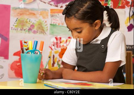 Junge Schulmädchen schreiben - Stockfoto