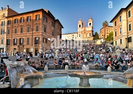 Spanische Treppe, Rom - Piazza di Spagna und Fontana della Barcaccia Brunnen mit Touristen in der Abenddämmerung - Stockfoto