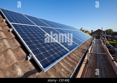 Solarmodule werden auf dem Dach des Hauses installiert england gb eu-europa Stockfoto