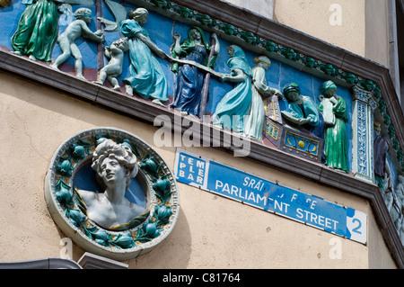 Detail der Terrakotta-Friese auf dem Sonnenlicht Kammern aufbauend auf Parliament Street in Dublin, Irland - Stockfoto