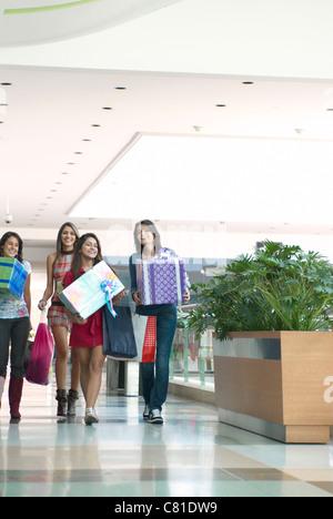 Spanische Freunde mit Geschenken im Einkaufszentrum - Stockfoto