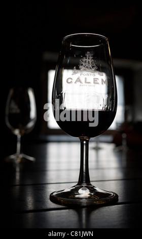 """Ein Glas Tawny Port auf """"Weintourismus"""" Verkostung in Calems Port Wine Lodge in Vila Nova De Gaia, in der Nähe von - Stockfoto"""