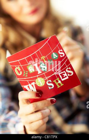 Frau schreiben Weihnachtskarten - Stockfoto