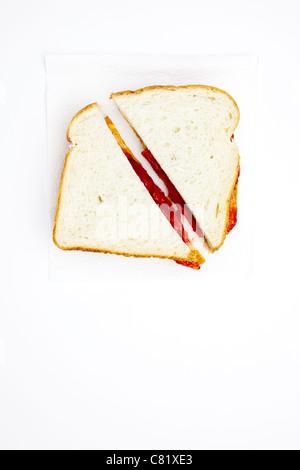 Ein Erdnussbutter und Marmelade Sandwich in zwei Hälften geschnitten - Stockfoto
