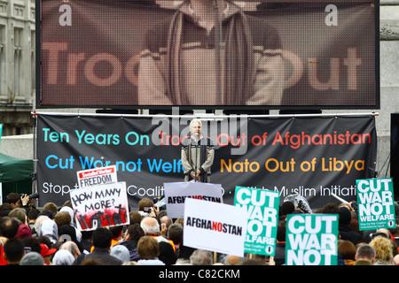 Julian Assange, Gründer von Wikileaks, befasst sich eine Menschenmenge auf dem Londoner Trafalgar Square. - Stockfoto