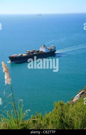 Containerschiff in Tauranga Harbour am Mount Maunganui, Western Bay Of Plenty, New Zealand - Stockfoto