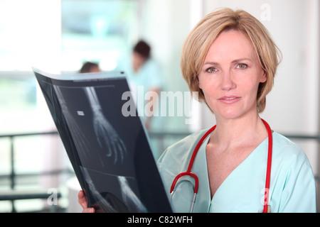 Arzt untersucht ein xray - Stockfoto