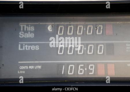 alte ausgediente irischen Euro Preise Benzinpumpe anzeigen - Stockfoto