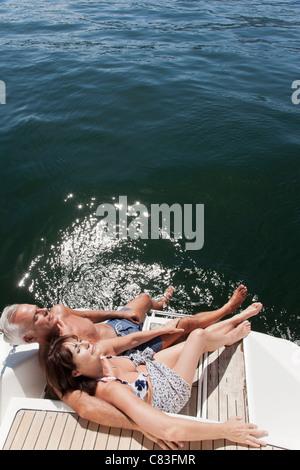 Älteres Ehepaar entspannend auf Segelboot - Stockfoto