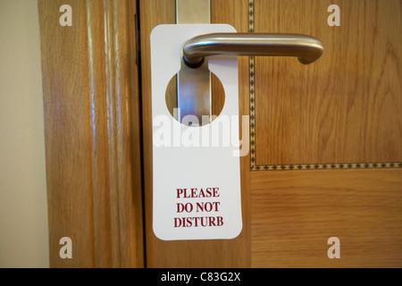 Bitte nicht stören Sie Schild hängen an dem Türgriff des 4-Sterne-Hotel-Zimmer - Stockfoto