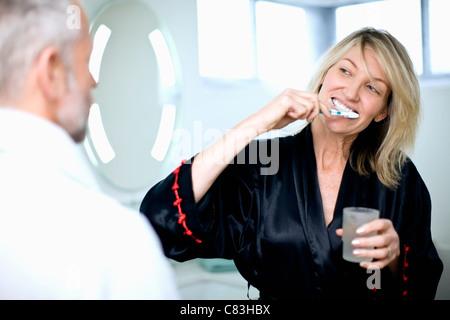 Frau, die ihre Zähneputzen im Bad - Stockfoto
