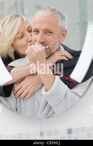 Zähneputzen mit Frau Mann - Stockfoto