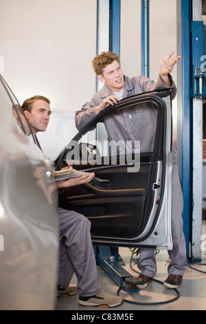 Mechanik in Garage arbeiten - Stockfoto