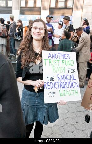 junge Frau aus dem 1 % zeigt ihre Verbundenheit mit Occupy Wall Street Demonstranten bei Kundgebung in Foley Square - Stockfoto