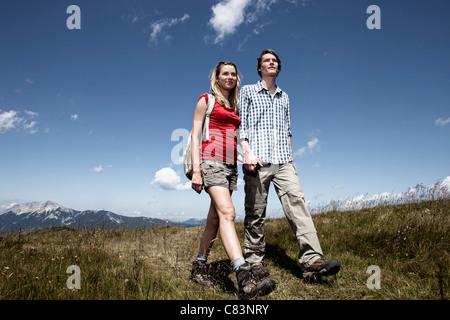 Paare, die auf Wiese - Stockfoto