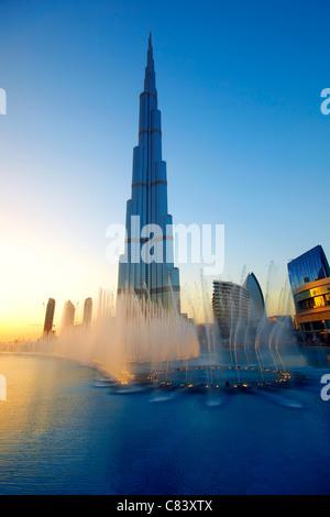 Die Dubai Fountain show mit Burj Khalifa im Hintergrund - Stockfoto