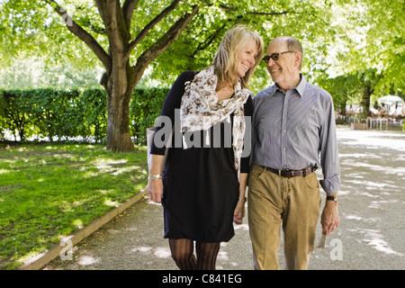 Älteres Ehepaar gehen Hand in hand - Stockfoto