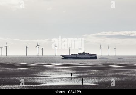 Steam Packet Fähre ankommt in Liverpool vorbei an der Stromerzeugung in den Fluss Mersey Windkraftanlagen - Stockfoto