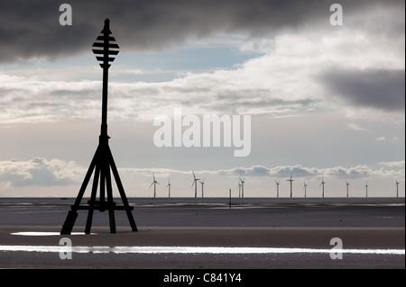 Windkraftanlagen im Meer off einen Sandstrand in der Nähe von Liverpool an einem kalten und trüben Tag - Stockfoto