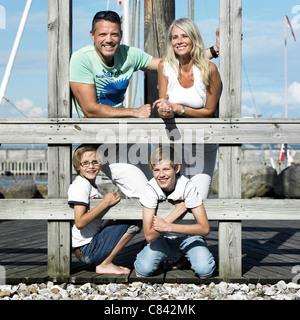 Familie lächelnd zusammen am pier - Stockfoto