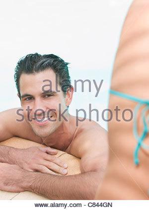 Mann im Schwimmbad entspannen - Stockfoto