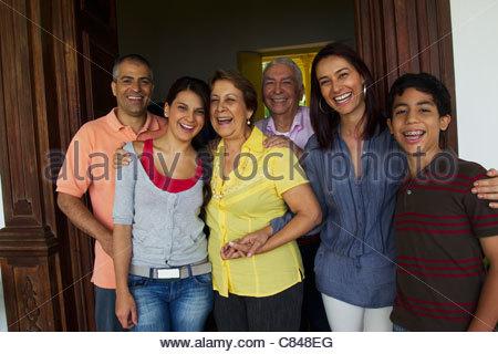 Hispanische Familien stehen in Tür zusammen - Stockfoto