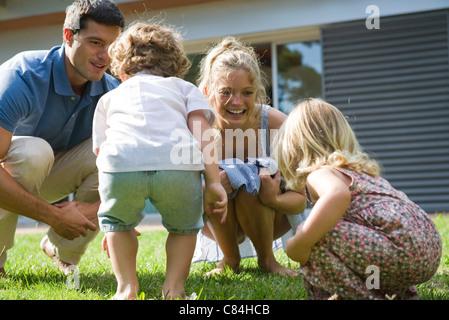 Familie zusammen spielen im freien - Stockfoto