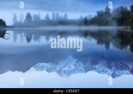 Reflexion der Mt. Cook (Aoraki) und Mt Tasman auf Lake Matheson in der Nähe von Fox-Gletscher in Neuseeland Stockfoto