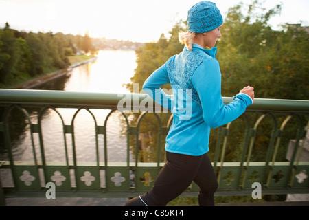 Frau Joggen über Brücke, Seattle, Washington, USA - Stockfoto
