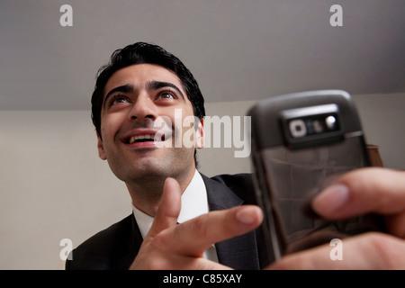Geschäftsmann zeigte auf seinem Handy - Stockfoto