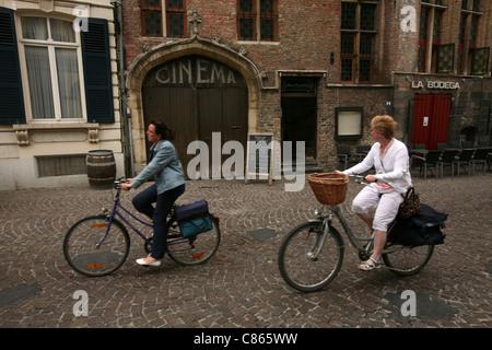 Biker in Brügge, Belgien. - Stockfoto