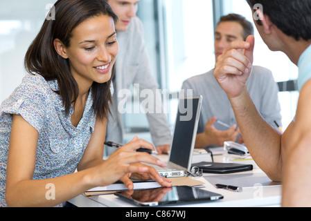 Frau auf digitale Tablet im Büro arbeiten - Stockfoto