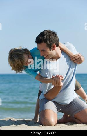 Vater und Sohn gemeinsam Spaß am Strand - Stockfoto