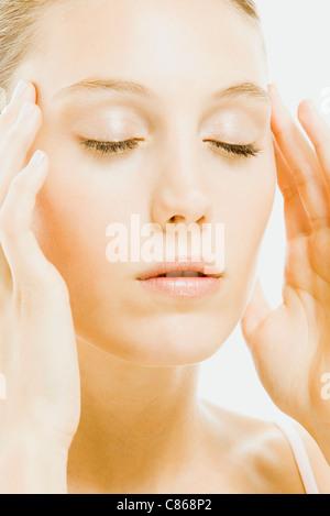 Frau mit Augen geschlossen Massage Tempel - Stockfoto