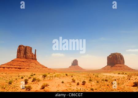 Monument Valley, berühmten Film Landschaft an sonnigen Tag - Stockfoto