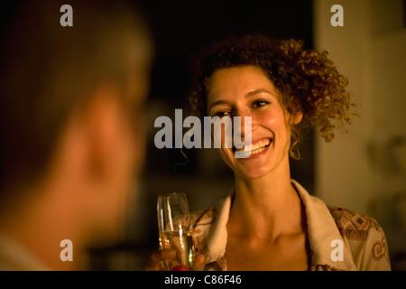 Frau, Wein im Freien in der Nacht - Stockfoto