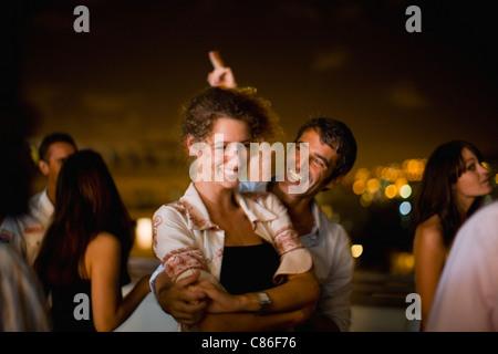 Paare tanzen auf Party in der Nacht - Stockfoto
