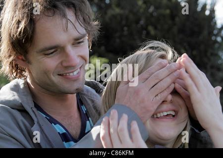 Mann Bedeckung Freundin Augen - Stockfoto