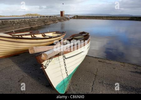 Zeile Angelboote/Fischerboote im Hafen Gortnor Abtei von Gortnaraby in Lough Conn Grafschaft Mayo Republik von Irland - Stockfoto